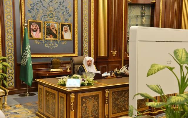 رئيس مجلس الشورى السعودي، عبدالله آل الشيخ، خلال ترؤسه لجلسة المجلس عبر الاتصال المرئي