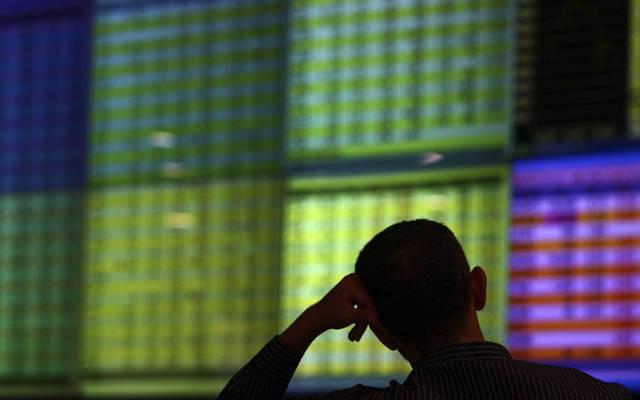 مستثمر يتابع شاشة الأسعار ببورصة عمَّان