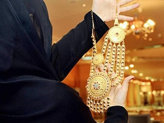 سيدة تستغرض مشغولات ذهبية- أرشيفية