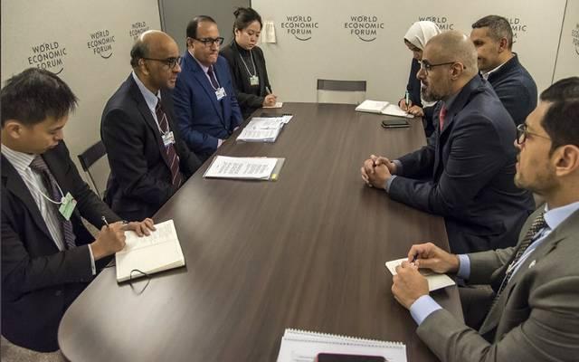 اجتماع  رئيس مكتب أبوظبي التنفيذي مع الوزير المنسق للسياسات الاجتماعية السنغافوري