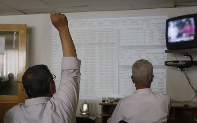 مستثمران يتابعان التداولات ببورصة فلسطين