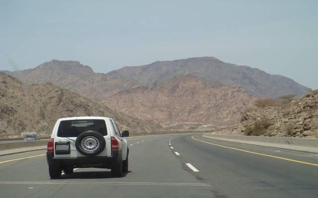 سيارة بأحد الطرق السعودية