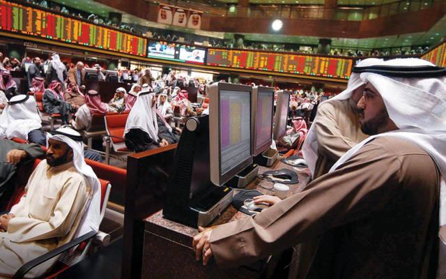 مستثمرون يتابعون الداولات داخل بورصة الكويت