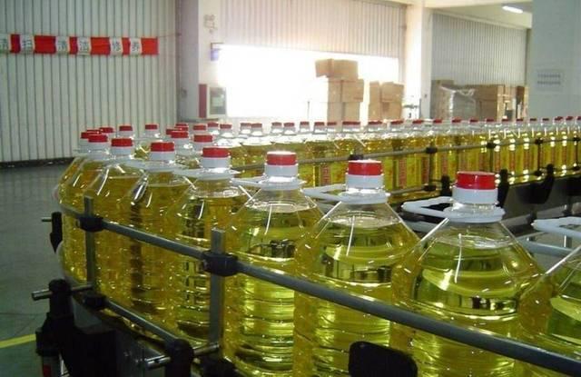 خط التعبئة داخل مصنع لإنتاج الزيوت