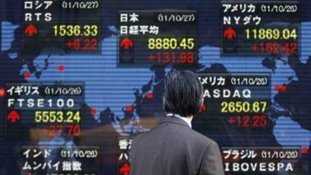 مستثمر يتابع أداء الأسهم اليابانية ـ الصورة من رويترز أريبيان آي
