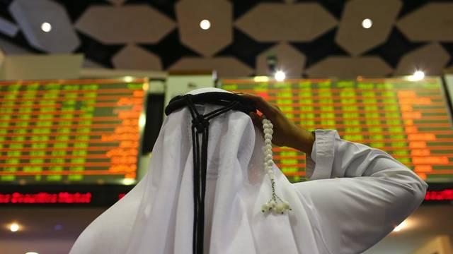 متعامل يتابع شاشة التداول في سوق دبي المالي