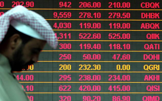 مستثمر أمام شاشة التداول ببورصة قطر