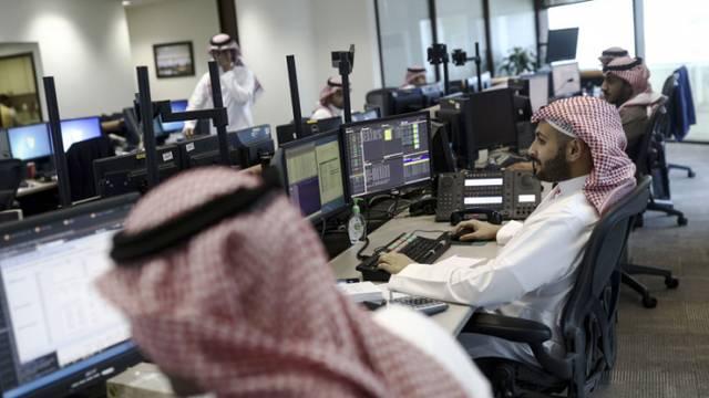 موظفون بأحد البنوك بالمملكة العربية السعودية