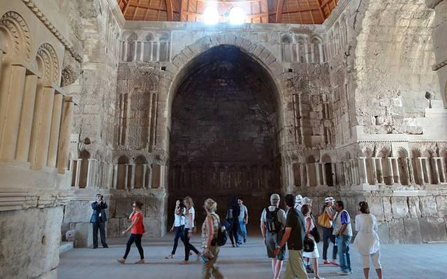 سياح أجانب بالقصر الأموي في الأردن