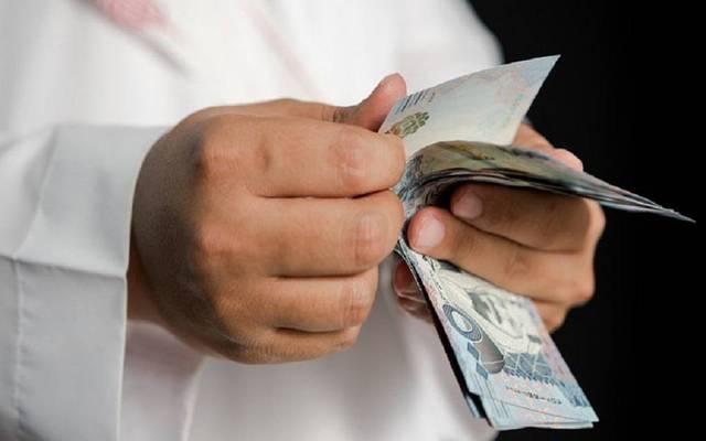 مواطن سعودي يحصى أموال