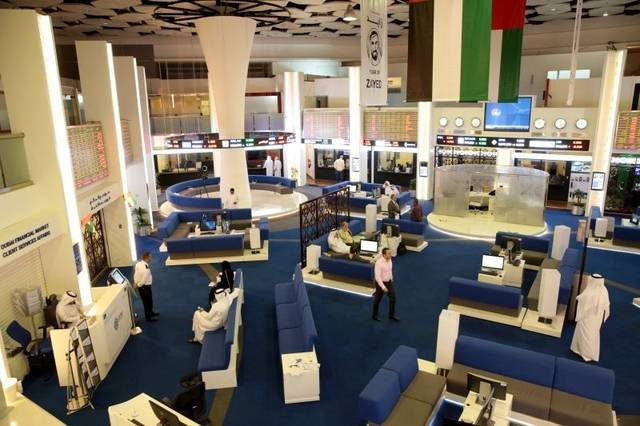 مستثمرون في أحد أسواق المال الإماراتية