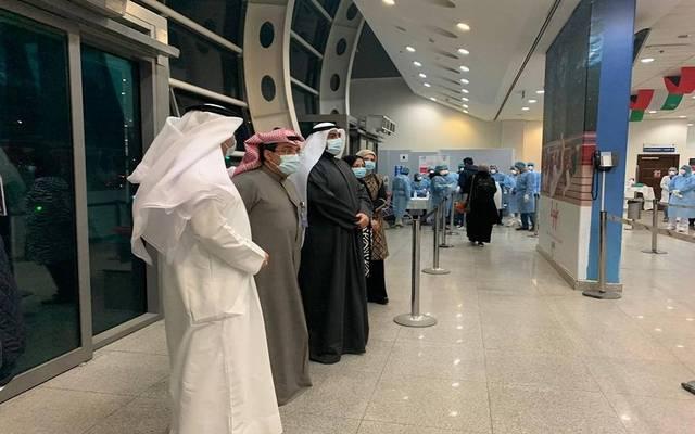 صورة لوزير الصحة أثناء متابعة استقبال الكويتين العائدين من إيران