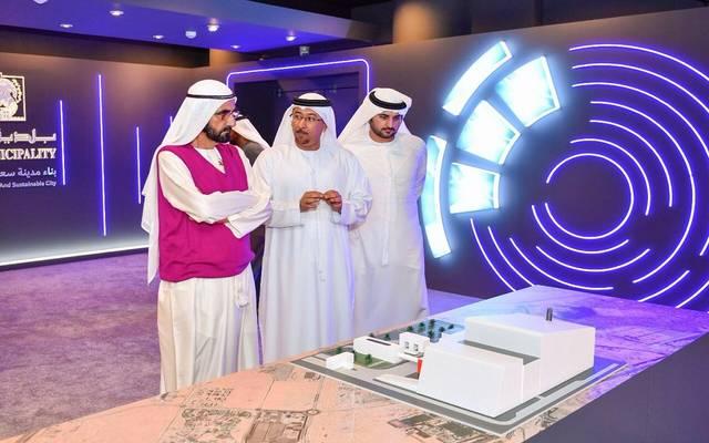حاكم دبي خلال استماعه لشرح حول أحد المشروعات الأربعة في مقر البلدية