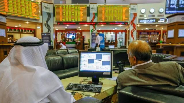 متعاملون يتابعون التداولات ببورصة دبي