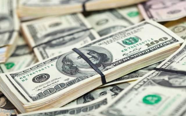 محدث.. الدولار الأمريكي يتراجع عالمياً لأدنى مستوى في شهر
