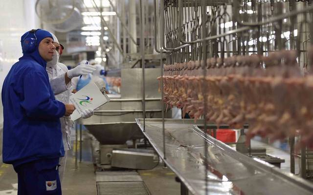 """موظفين من هيئة الغذاء والدواء السعودية في أحد مصانع """"بي.آر.اف"""" البرازيلية ـ أرشيفية"""