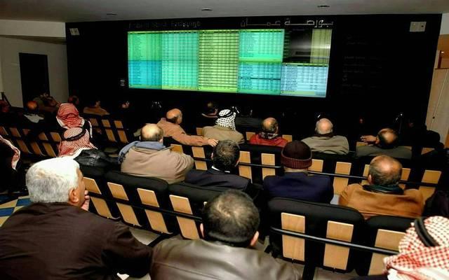مستثمرون يتابعون أسعار الأسهم بسوق عمَّان