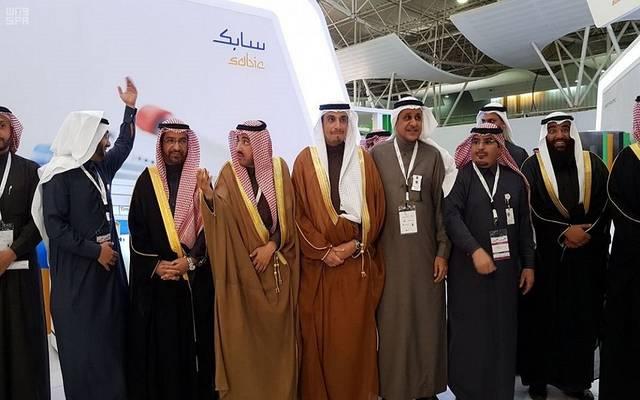 السلمي خلال تفقد جناح سابك السعودية في المعرض السعودي للبلاستيك