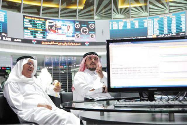صورة أرشيفية لمستثمرين داخل مقر بورصة البحرين