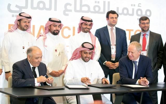 """جانب من توقيع """"مدى"""" اتفاقية لتطوير منظومة المدفوعات في المملكة على هامش مؤتمر القطاع المالي"""