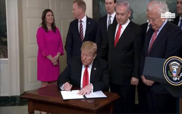 الرئيس الأمريكي دونالد ترامب خلال توقيع المرسوم اليوم الاثنين