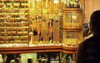 أمام أحد محال بيع المشغولات الذهبية