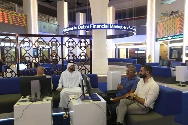 متعاملون يتابعون الأسعار بقاعة سوق دبي المالي، الصورة ارشيفية