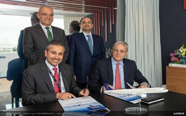 جانب من مراسم توقيع مدير عام الخطوط السعودية الاتفاقية مع مسؤولي إيرباص