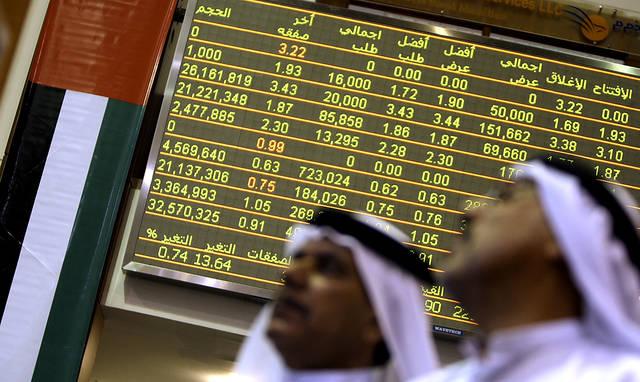 متعاملون بأحد أسواق المال الإماراتية