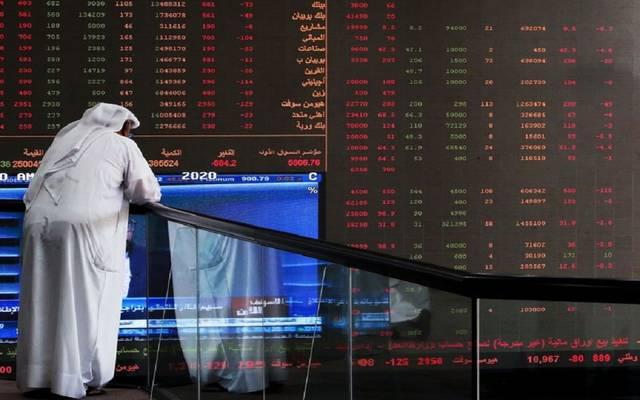 مستثمر أمام شاشة التداول في السوق الكويتية