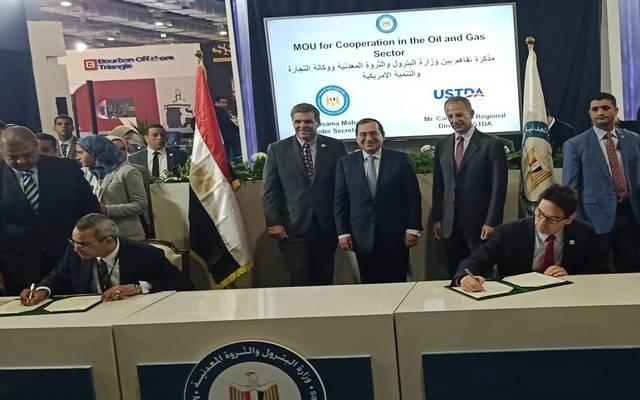 جانب  من توقيع الاتفاقية بين الجانب المصري والأمريكي