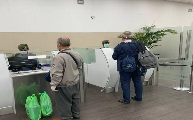 إنهاء الجوازات السعودية إجراءات سفر أجانب للعودة لبلدانهم