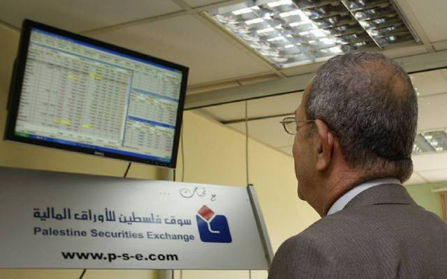 مستثمر يتابع التداولات ببورصة فلسطين للأوراق المالية