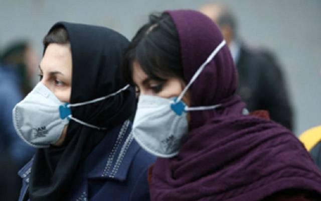 مواطنتان يرتديان كمامات الوقاية من الفيروسات