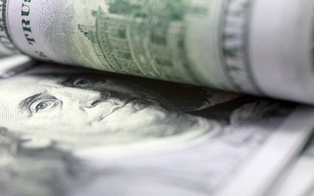 الدولار يتجه لتسجيل ثاني مكاسبه الأسبوعية أمام العملات الرئيسية
