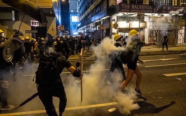 أسهم هونج كونج تتراجع مع عودة الاشتباكات بين الأمن والمتظاهرين