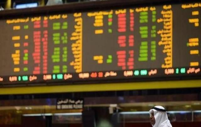 متعاملون يتابعون الأسعار بقاعة بورصة الكويت المالية