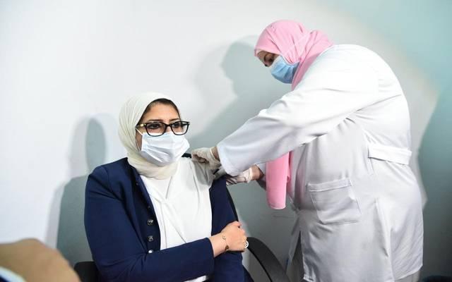 وزيرة الصحة المصرية تتلقى الجرعة الثانية للقاح فيروس كورونا