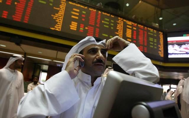 متعامل يتابع الأسعار بقاعة بورصة الكويت المالي