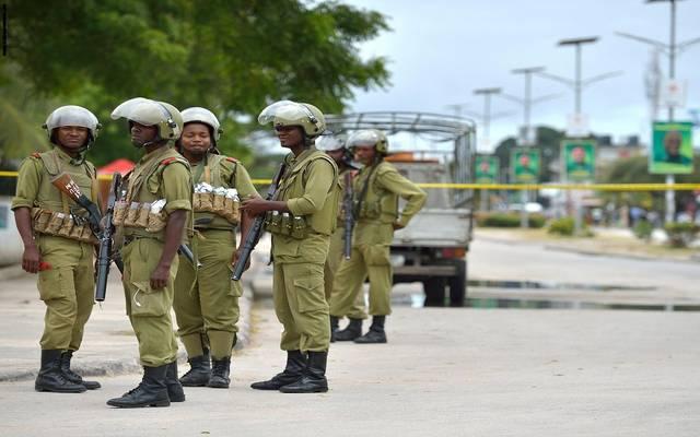 قوات الأمن التنزانية بالقرب من موقع الحادث