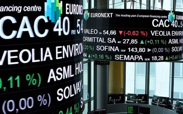 الأسهم الأوروبية تهبط عند الإغلاق لتسجل خسائر أسبوعية 2.4%