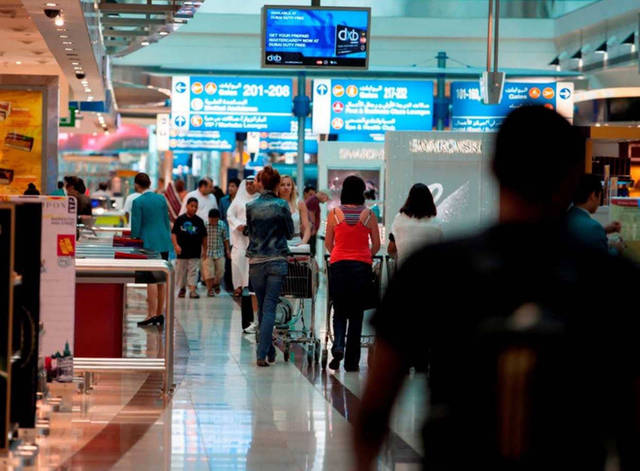 مسافرين عبر مطار دبي الدولي