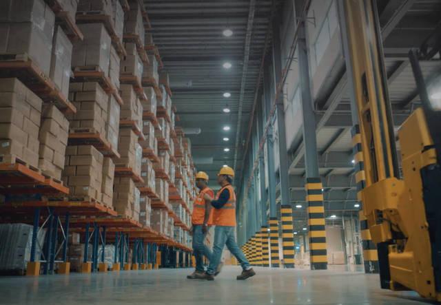 عمال بشركة الخليج للمخازن