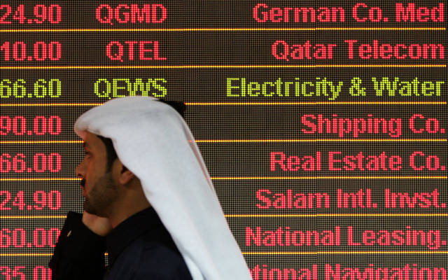 مستثمر أمام شاشة تداول ببورصة قطر