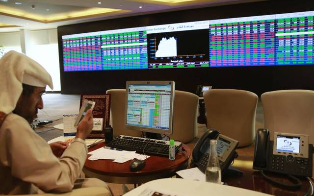 مستثمر يتابع التداولات ببورصة قطر