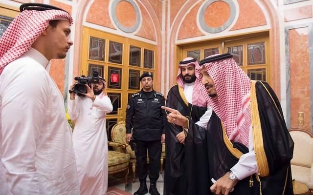 الملك سلمان وولي العهد خلال استقبال أحد أفراد أسرة خاشقجي