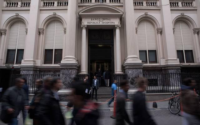 الأرجنتين ترفع معدل الفائدة لـ60% لوقف خسائر العملة