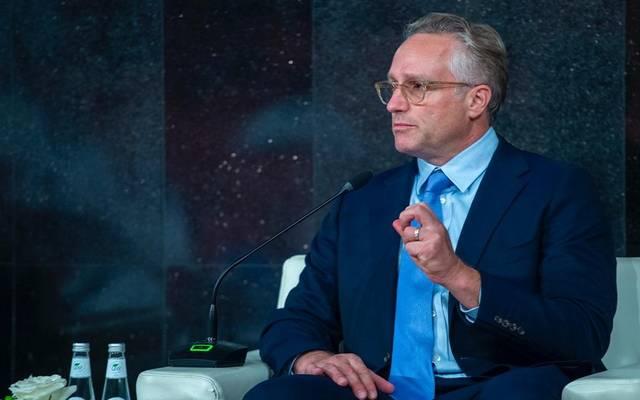 مدير عام إدارة الاستثمار بمؤسسة مبادرة مستقبل الاستثمار آنثوني بكاركلي خلال المؤتمر الصحفي