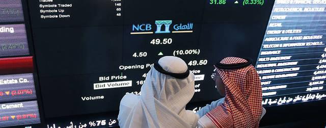 متعاملون يتابعون أسعار الأسهم السعودية