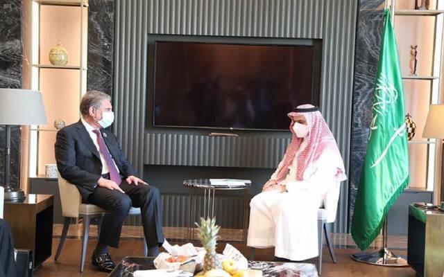 اجتماع الأمير فيصل بن فرحان بن عبدالله مع وزير خارجية جمهورية باكستان